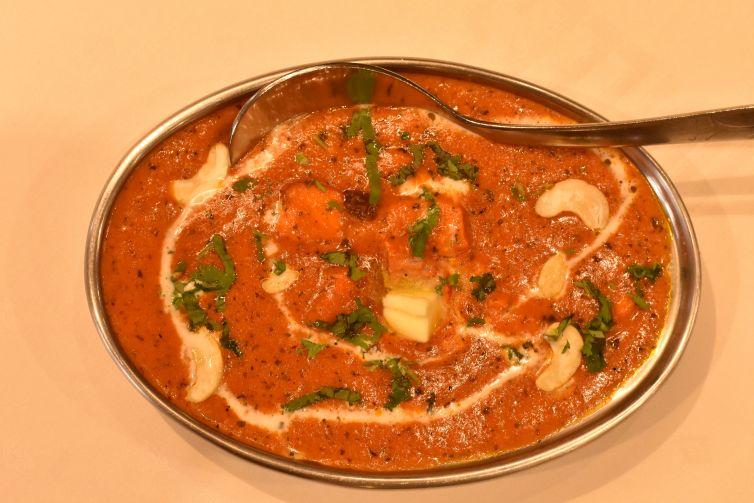 Pollo asado con frutos secos y salsa de tomate y mantequilla.