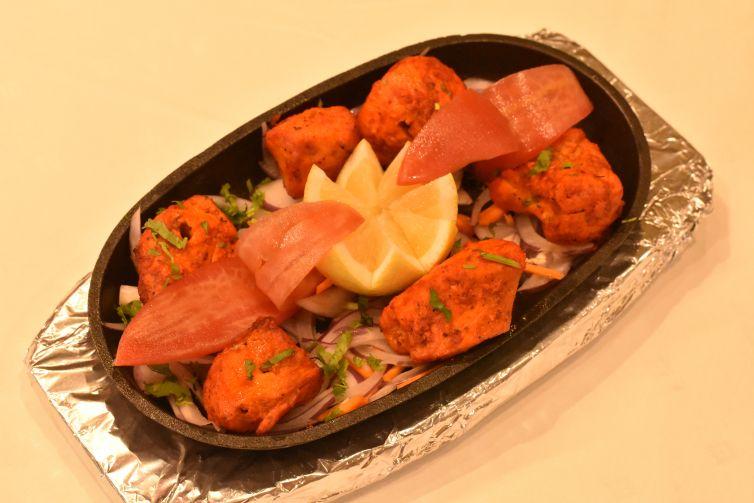 Pechuga de pollo marinada asada en horno hindú.